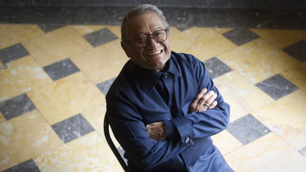 Armando Manzanero posa en el Teatro Nuevo Apolo de Madrid