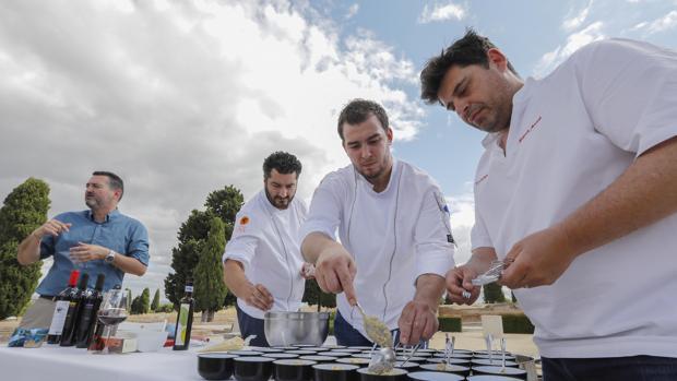 El arqueólogo Manuel León Béjar explica las recetas mientras los cocineros las preparan