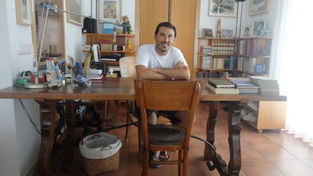 Daniel Pinilla sentado en la mesa en la que Gabriel García Márquez escribió «El otoño del patriarca»