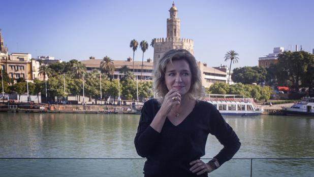 La actriz Valeria Golino frente a la Torre del Oro