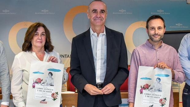 Milagrosa Díaz, Antonio Muñoz y Daniel Cruz, durante la presentación de la Feria del Libro Antiguo