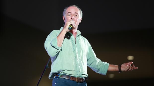 El cantante durante una actuación