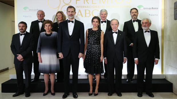 Foto de familia con los premiados en la 98º Edición de los Premios Mariano de Cavia