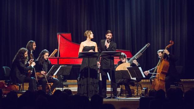 Roberta Mameli y Juan Sancho junto a la Accademia del Piacere