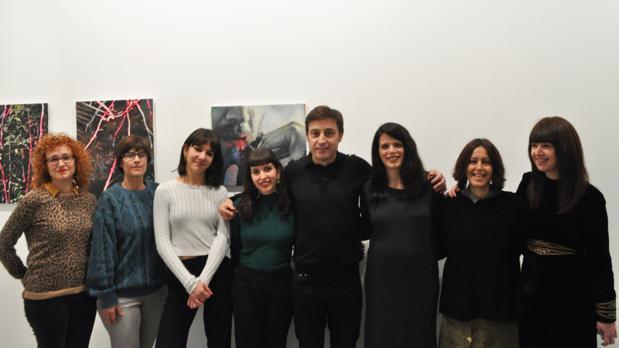 """Las artistas de la exposición """"Salón-Teatro"""" de la galería Birimbao junto al comisario de la muestra"""