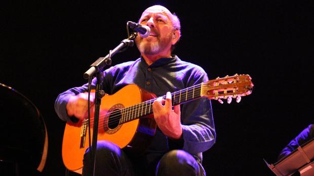 Javier Ruibal, durante su concierto de ayer en el Espacio Turina