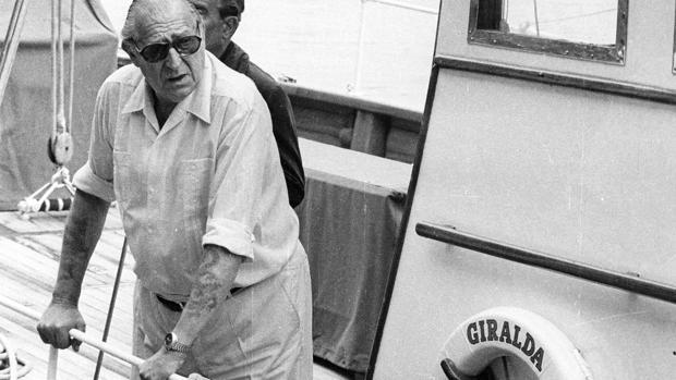 Don Juan de Borbón en 1978 durante una visita al puerto de Valencia a bordo del «Giralda»