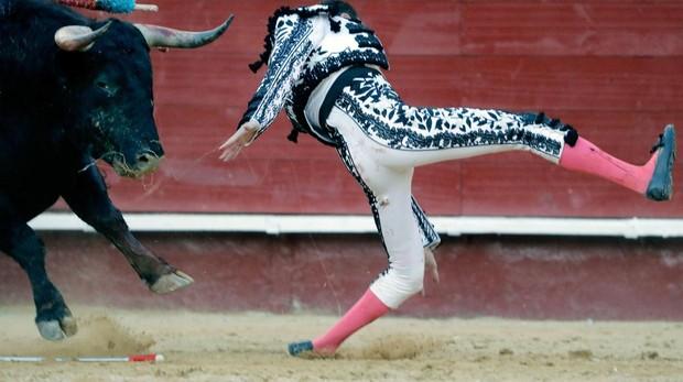 Momento de la caída de Enrique Ponce tras ser corneado: la rodilla se dobla totalmente y sufre una grave lesión