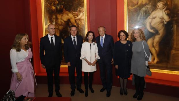 El alcalde Juan Espadas e Isabel de León, junto a otras autoridades y pesonalidades en la inauguración