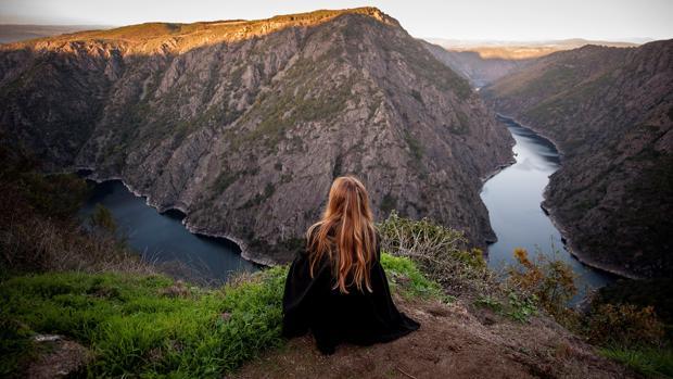 Una mujer observa el Cañón del río Sil desde el mirador de Vilouxe, en pleno corazón de la Ribeira Sacra
