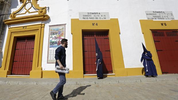Nazarenos del Baratillo delante la Plaza de Toros de Sevilla el Miércoles Santo