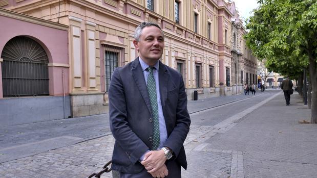El pregonero delante del Museo de Bellas Artes de Sevilla