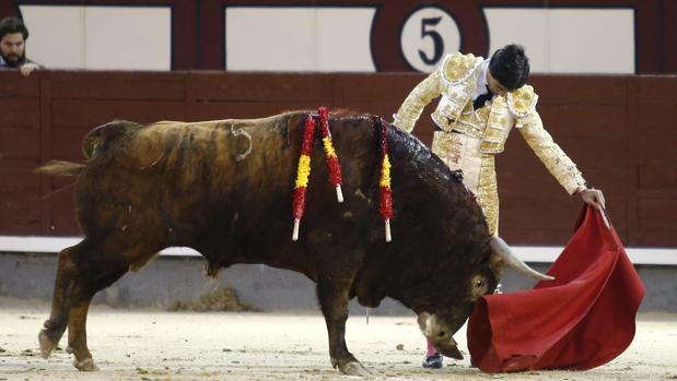 Pablo Aguado acaricia la embestida del sexto toro de Montalvo