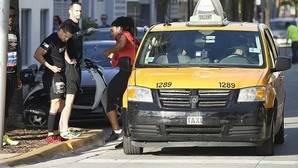 Serena Williams se baja del taxi cerca de la meta