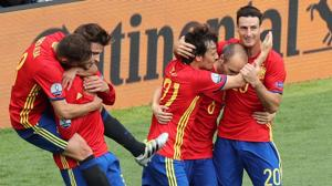 Iniesta y Piqué le dan el triunfo a España