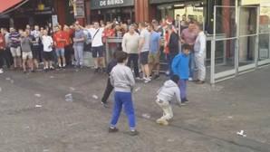 Hooligans ingleses humillan a unos niños en Lille