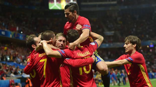 España celebra un gol ante Turquía