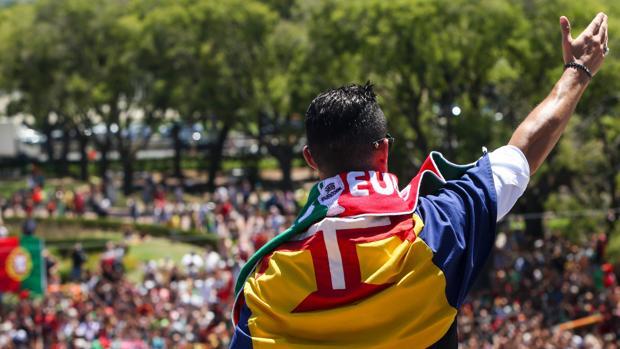 Cristiano Ronaldo saluda a los aficionados en Lisboa