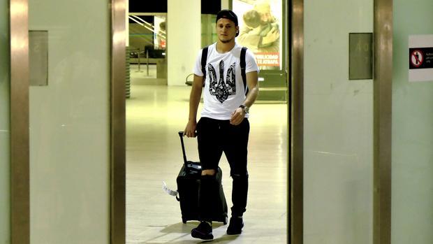 Roman Zozulya sale de la terminal del aeropuerto de San Pablo