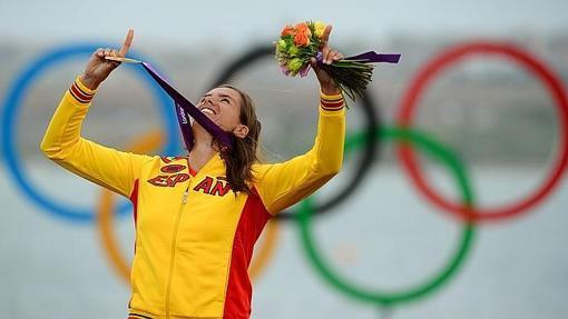 La windsurfista con su medalla de Oro en 2012