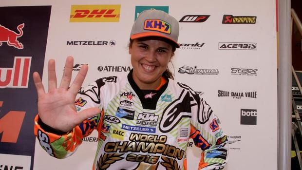 Laia Sanz posa sonriente tras conseguir su quinto título consecutivo de enduro