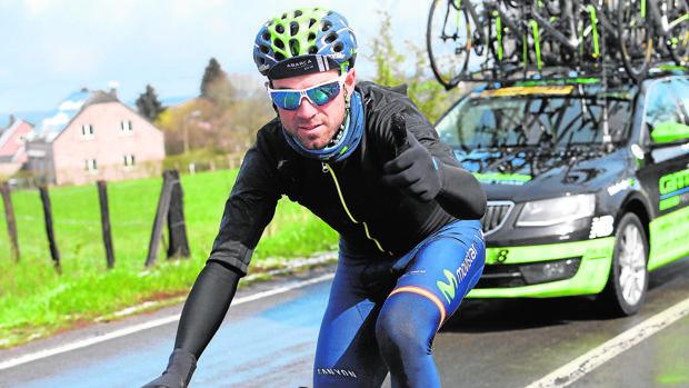 A Alejandro Valverde se le cayó una barrera encima
