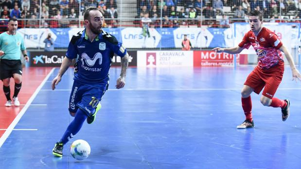 Ricardinho mira a la puerta rival ante el acoso de Marinovic
