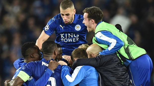 Los jugadores del Leicester celebran el pase a cuartos tras eliminar al Sevilla