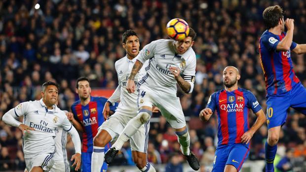Sergio Ramos cabecea un balón durante el partido del Camp Nou