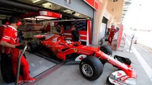 El Ferrari de Vettel, saliendo del garaje