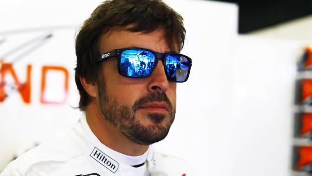 Fernando Alonso, en el box de McLaren en Montmeló
