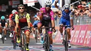 Fernando Gaviria entra vencedor en la meta de Reggio Emilia