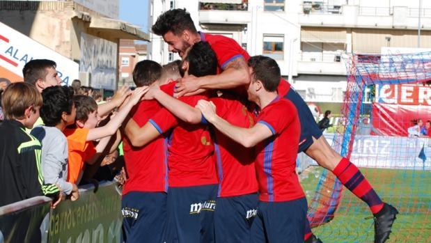 Aficionados del Calahorra celebran un gol con sus jugadores