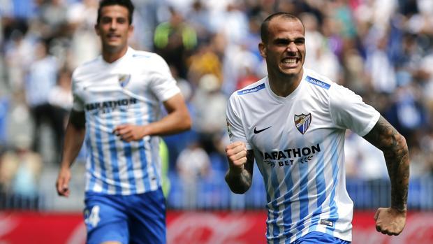 Sandro celebra un gol con el Málaga