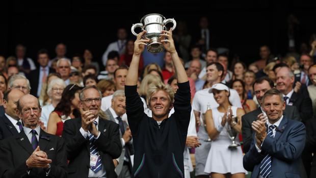 Alejandro Davidovich con su trofeo de campeón de Wimbledon Júnior