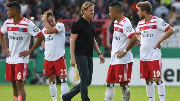 Los jugadores y el técnico del Hamburgo, desolados tras quedar eliminados de la Copa alemana
