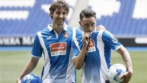 Sergio García se besa el escudo de la camiseta junto a Granero el día de su presentación