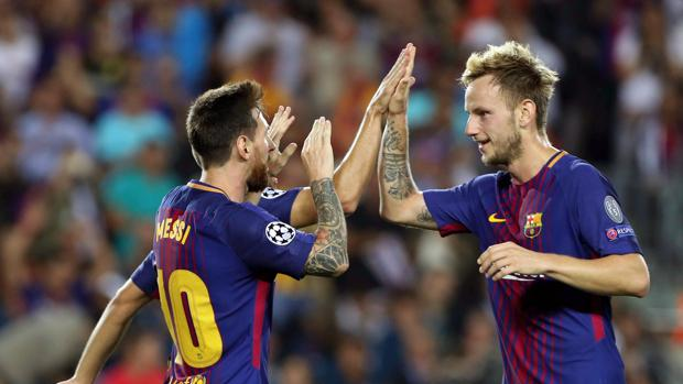 Rakitic junto a Messi en un partido del Barcelona esta temporada