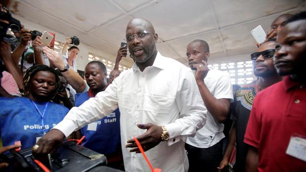 El exfutbolista George Weah vota durante las elecciones en Liberia