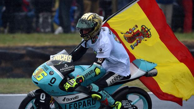 Joan Mir celebra en pista su título de campeón el mundo