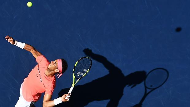 Rafa Nadal realiza un saque durante el pasado US Open