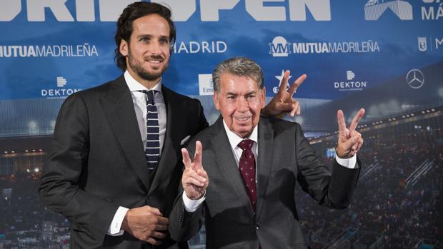 Feliciano López y Manolo Santana posan divertidos ayer en Madrid