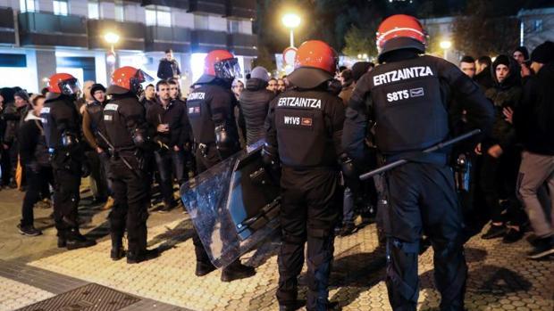 Agentes de la Ertzaintza contienen a algunos aficionados en Anoeta