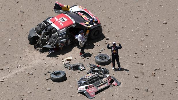 Despres y su copiloto tras el accidente