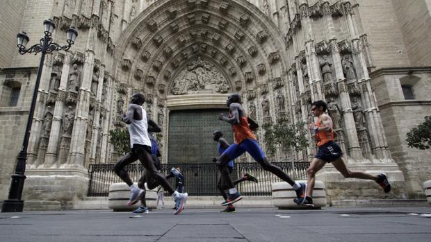 La cabeza de carrera pasando por la Avenida de la Constitución durante el XXXIV Maratón de Sevilla