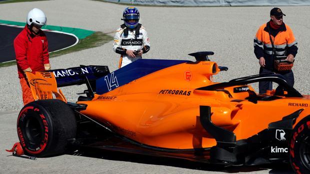 Alonso, junto al McLaren, tras el fallo mecánico del pasado miércoles