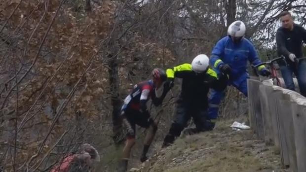 Alessandro de Marchi ha vuelta a la carrera después de ser ayudado tras caer por una ladera