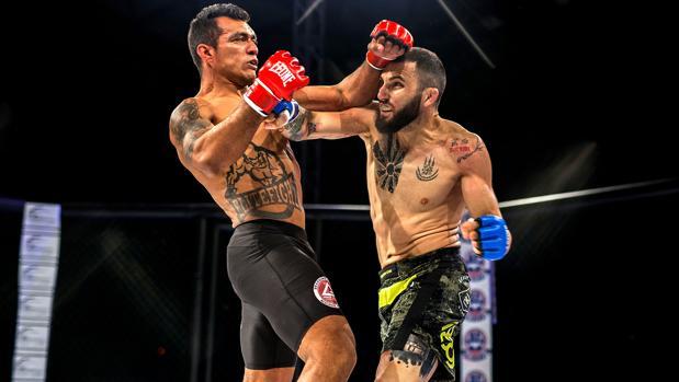 Enrique Marín «Wasabi» conecta un derechazo a su oponente durante un combate