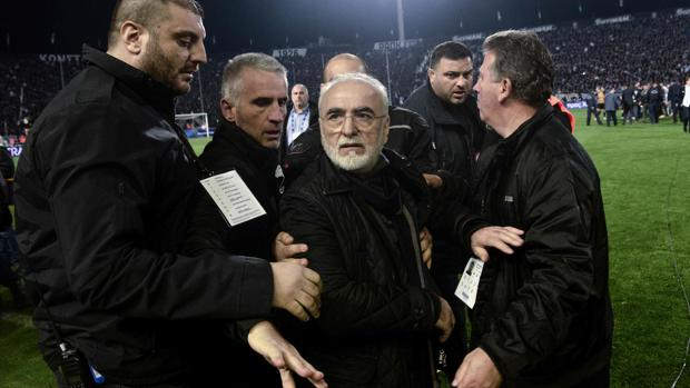 Ivan Savvidis, en el partido ante el AEK protegido por sus guardaespaldas