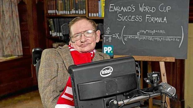 Stephen Hawking posa con la bufanda de Inglaterra durante una entrevista